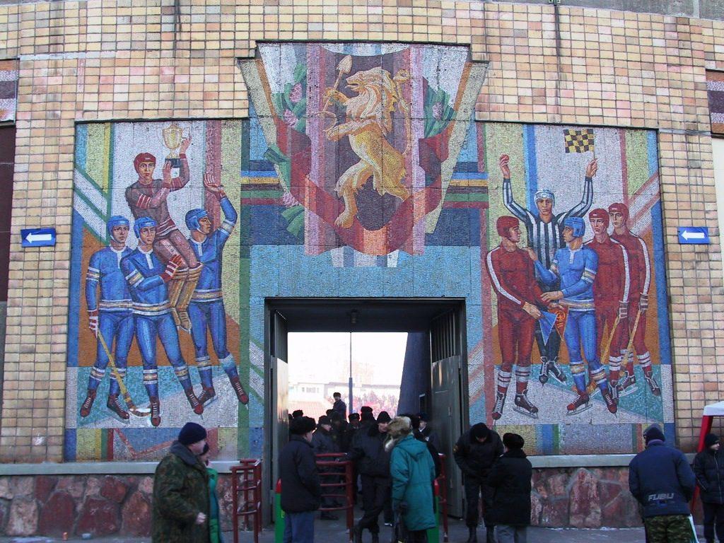 Entrén till den klassiska bandyarenan i Krasnojarsk med de märkliga mosaikerna. Bilden är från 2001.