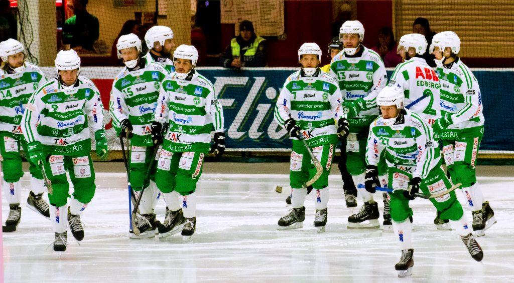 Grönvita laget. Det är så här vi vill se dem. På väg hem efter ett mål.