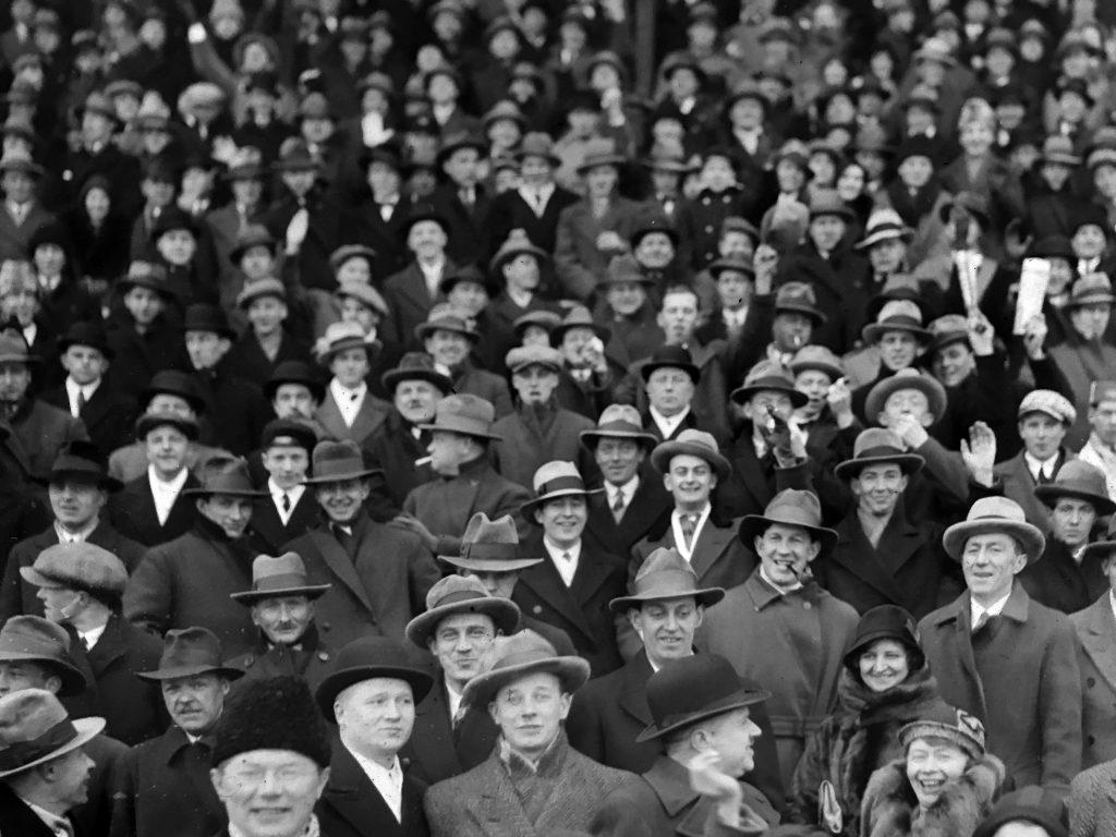 Publik på en bandyfinal Stockholms stadion, runt 1930. Fotograf okänd.
