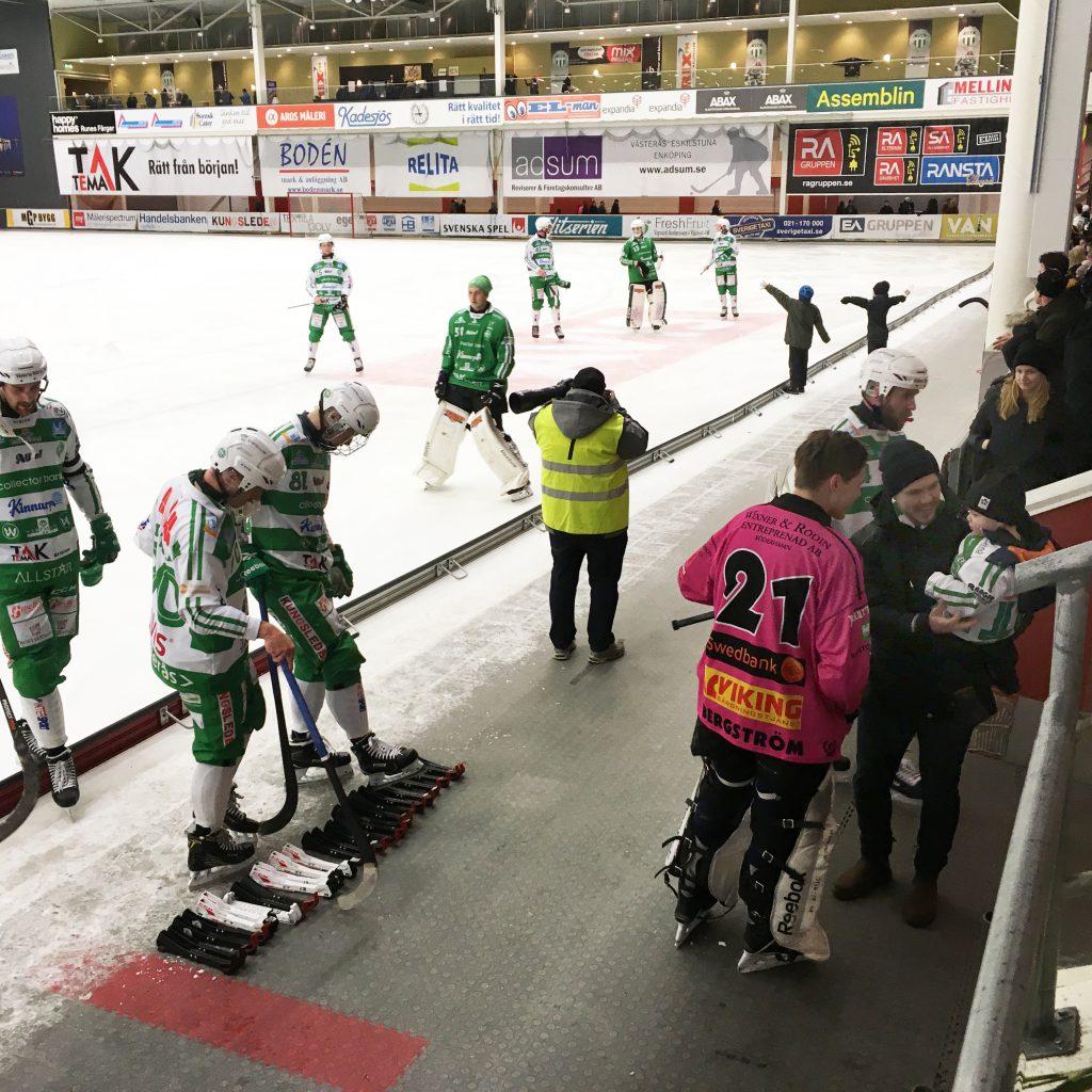 Brobergmålvakten Max Bergström hejar på skadade brorsan Teds lille son Theo efter matchen.