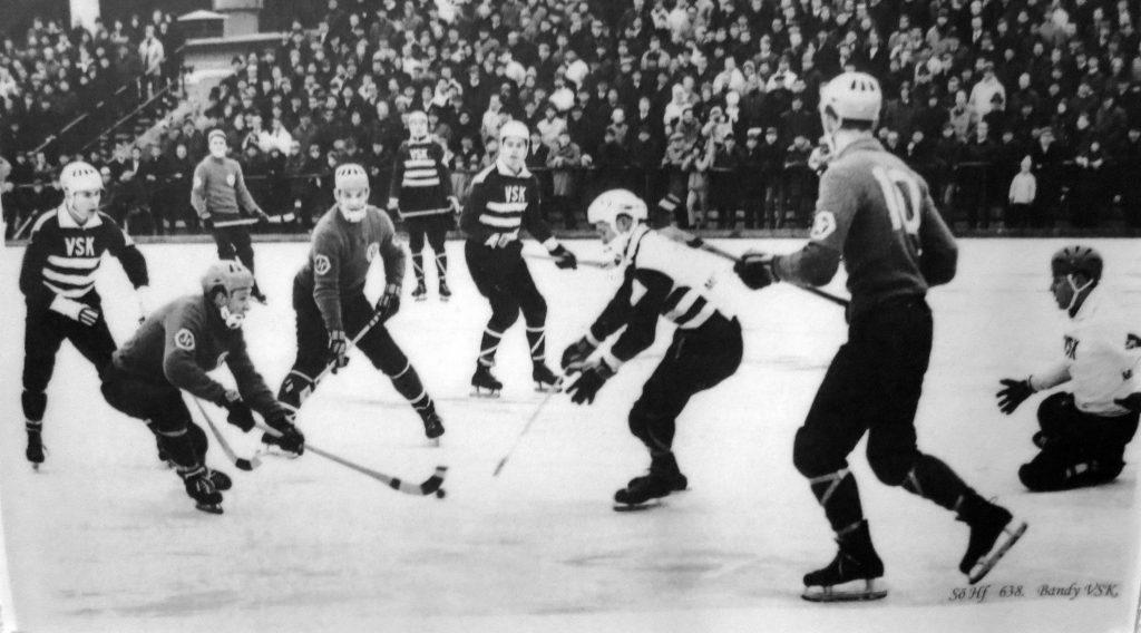 Eskilstuna isstadion. Ett förträngt minne. Nummer 10 i Hälleforsnäs är Kösa Pettersson.