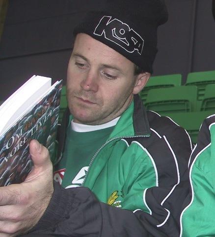 Jonas Claesson läser i min bok Om bandy vore livet.