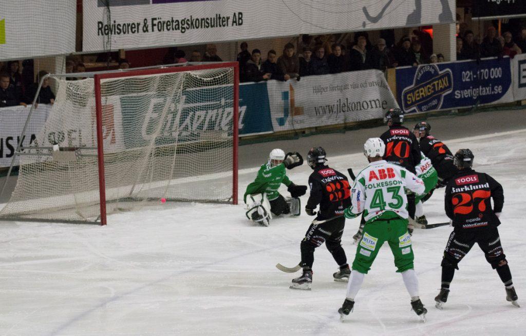 Robin Andersson överlistar Andreas Bergwall i första halvlek. Foto; Maxim Thoré.