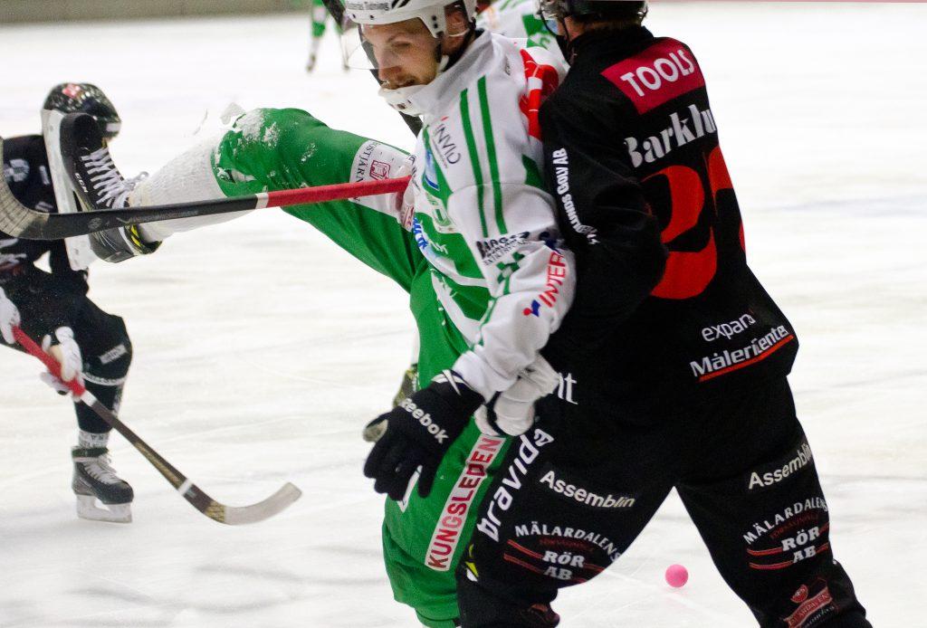 Simon Jansson omfamnades av Kim Barklund i förra matchen. I morgon är VSK ute efter revansch.