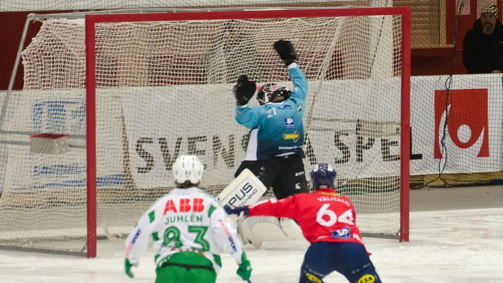 Edsbyns målvakt är chanslös på Patrik Sjöströms straff som gav VSK ledningen med 5-1.