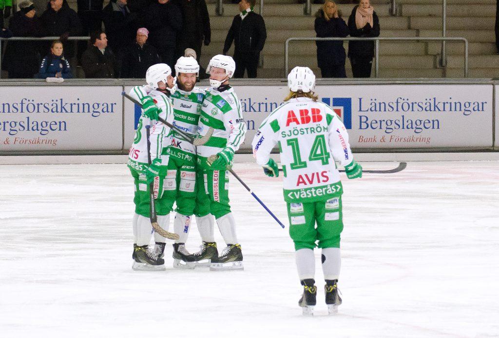 Anders Bruun gratuleras efter hörnvarianten som gav 5-3.