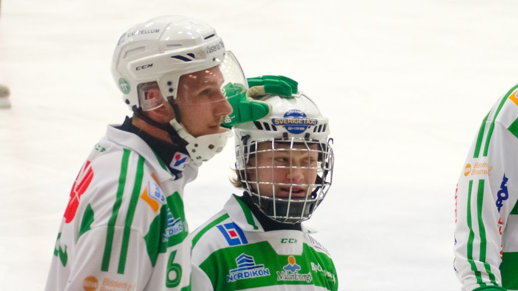 Simon Jansson klappar Linus Björklund efter hans premiärmål.