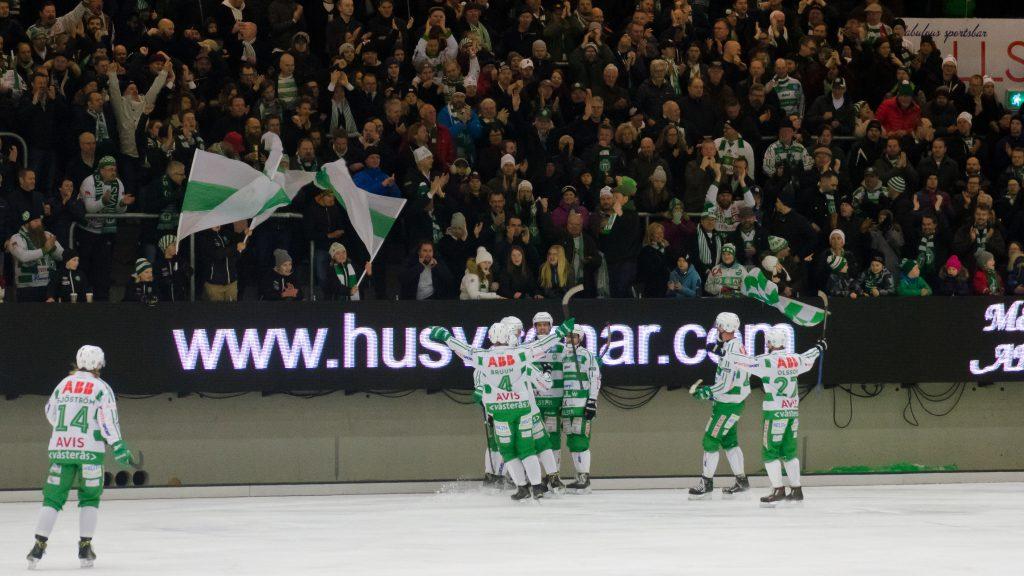 Jonas Nilsson tackas av spelare och klack efter sitt tredje mål.
