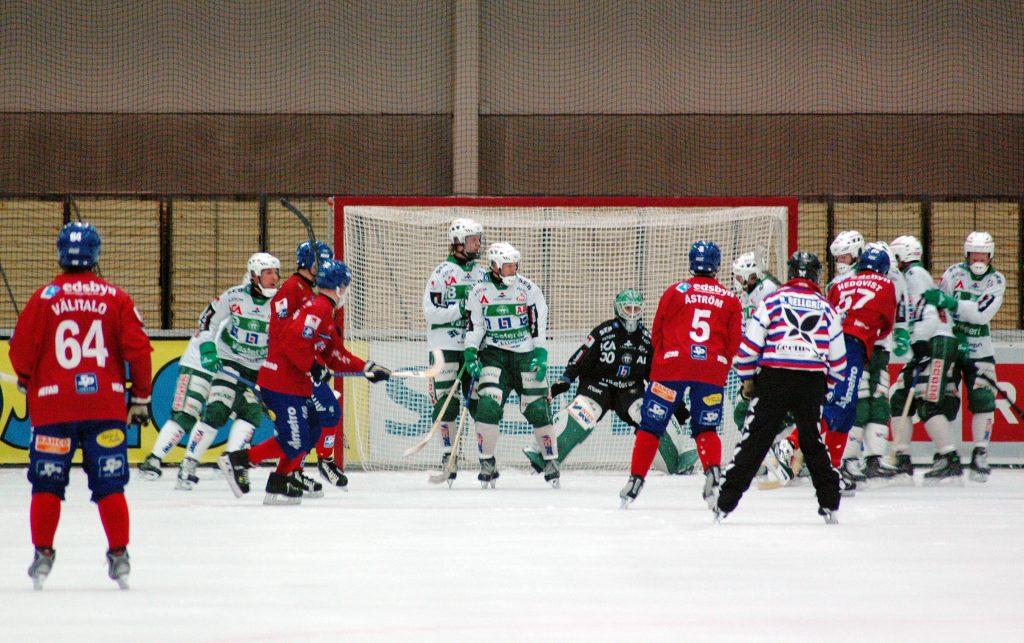 Jocke Hedqvist drar på en av dessa eländiga hörnor mot Daniel Kjörling i VSK-målet 2008.