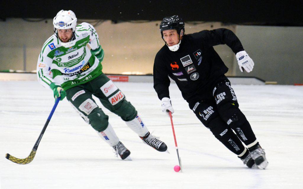 Rinat Shamsutov har hunnit bli 43 år. Här jagas han av Jonas Nilsson i en förra säsongens derbymatcher.
