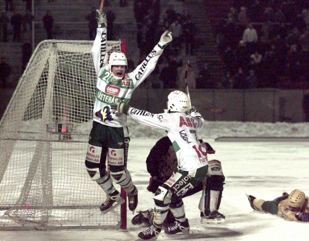 Per Fosshaug har gjort avgörande 5-4 mot Vodnik 1996. Han gratuleras av Thomas Liw. Foto: Lars Höglund (ur boken Om bandy vore livet).