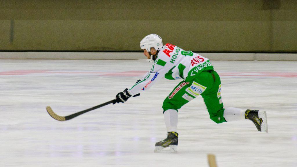 Tobias Holmberg slår sin magiska passning till Jonas Nilsson.