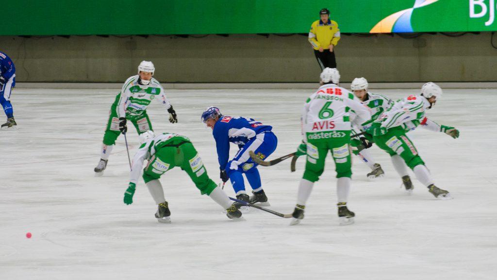 En typisk situation: Sergej Lomanov omgiven av fem VSK-are.