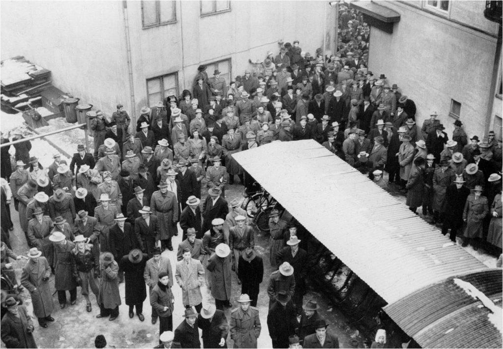Bandyvännerna samlades på VLT:s innergård för att följa bortamatcherna. Foto. Ernst Blom.