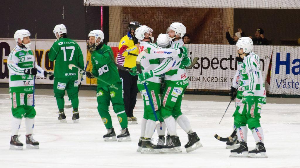 Patrik Sjöström kramas oim efter ja dunkat in 3-1 på straff.