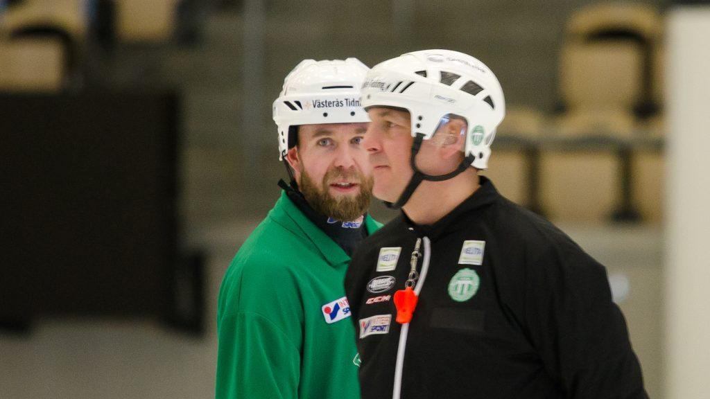 Lagkapten Bruun och tränare Carlsson funderar.