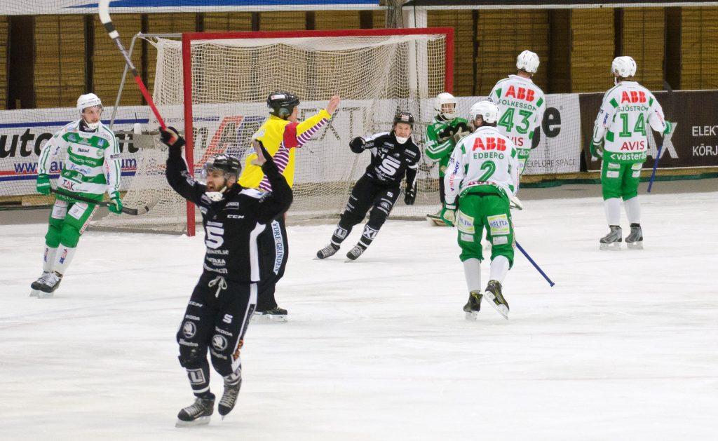 Alan Dzhusoev och Christoffer Edlund jublar över Erik Petterssons avgörande straffmål.