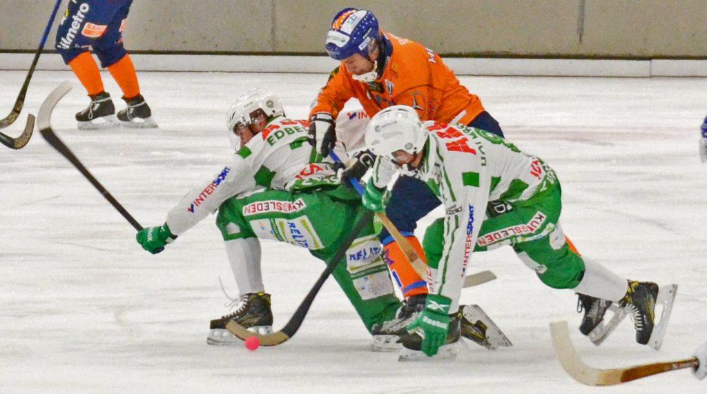 Per Hellmyrs kläms mellan grönvita sköldar (Stefan Edberg och Robin Folkesson).