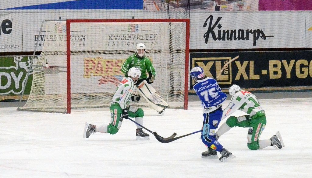 Typiskt uppoffrande försvarsspel. Jacob Bucht och Patrik Sjöström täcker skottet från Jesper Eriksson.