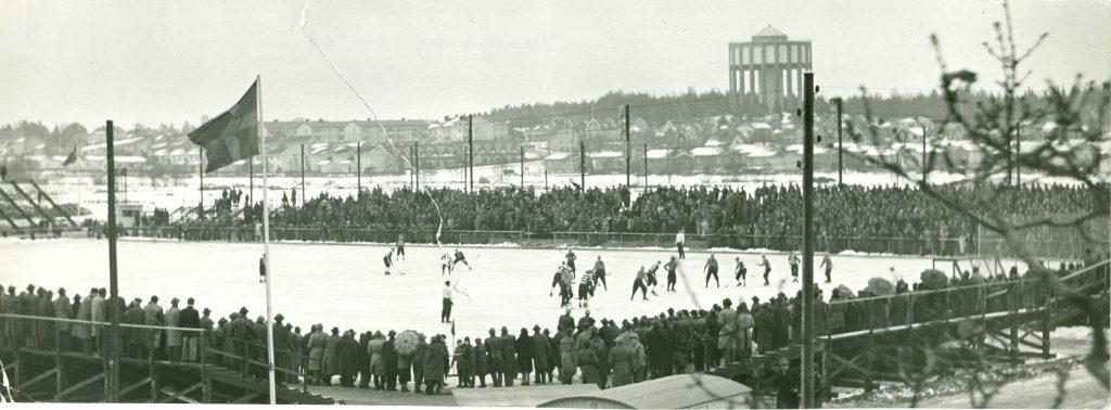 Premiärmatchen på Rocklunda den 2 december 1956. Landslaget vann med 3-1 över Västmanland.