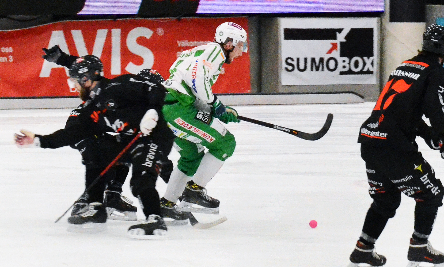 Simon Jansson försöker bryta igenom i mitten mot Tillberga.