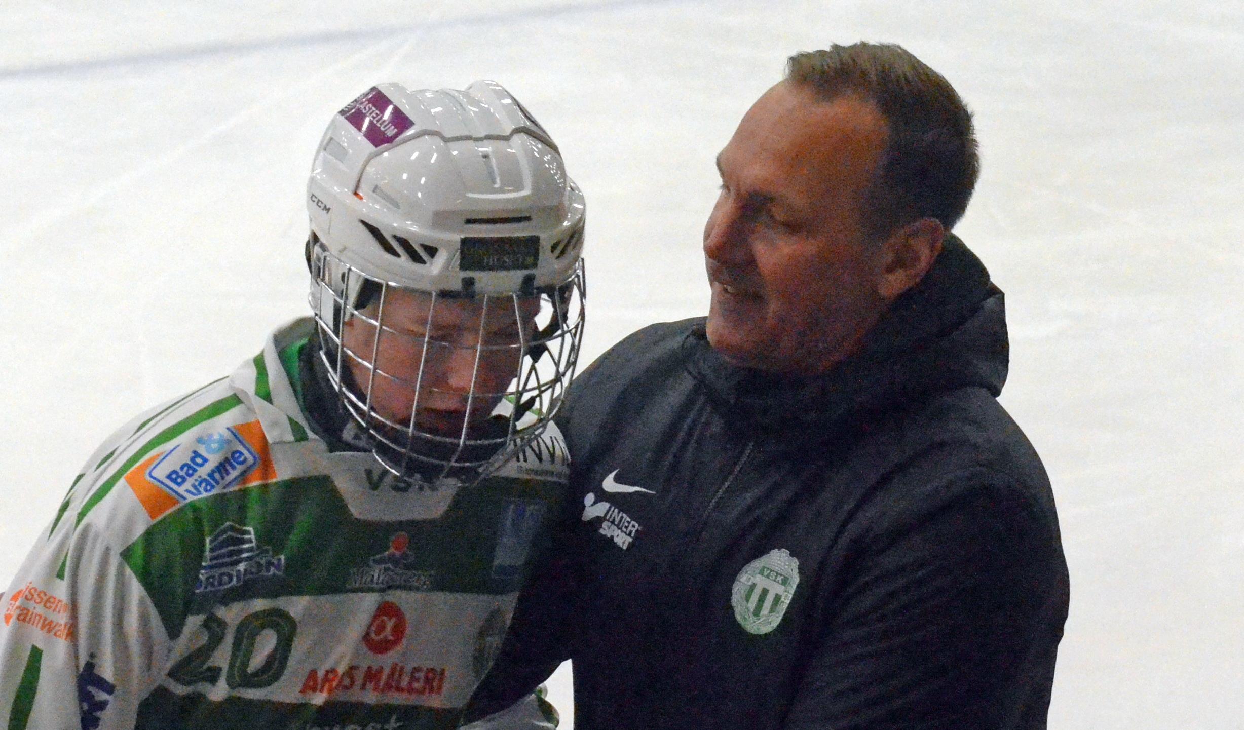 Micke Carlsson berömmer Niklas Gifting, 19, för hans andra mål i matchen.