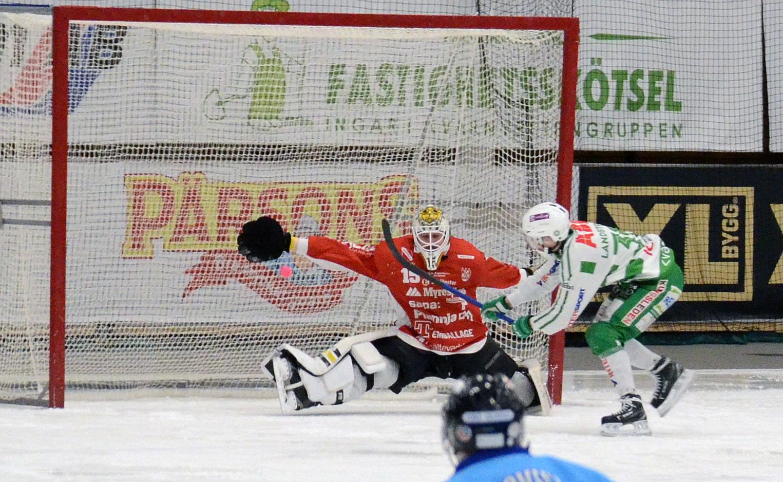 Martin Landström gör ett av sina fyra mål på David Borvall.