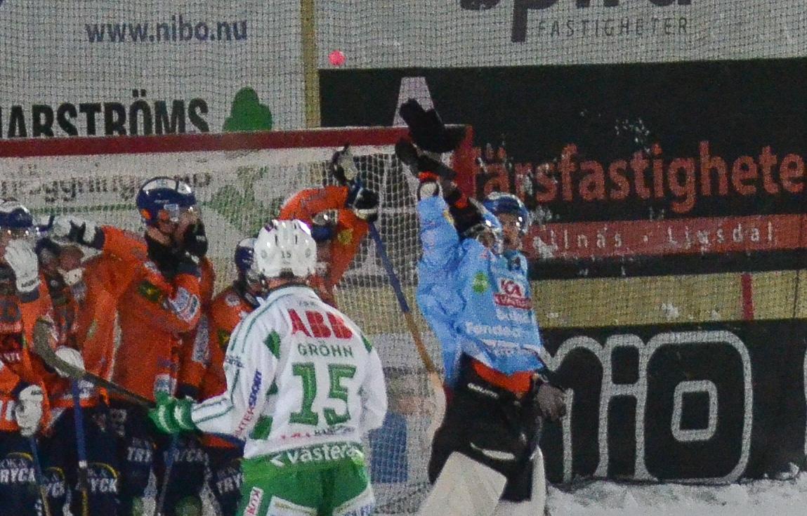 Holmbergs skott har just träffat ribban ovanför Niklas Prytz.