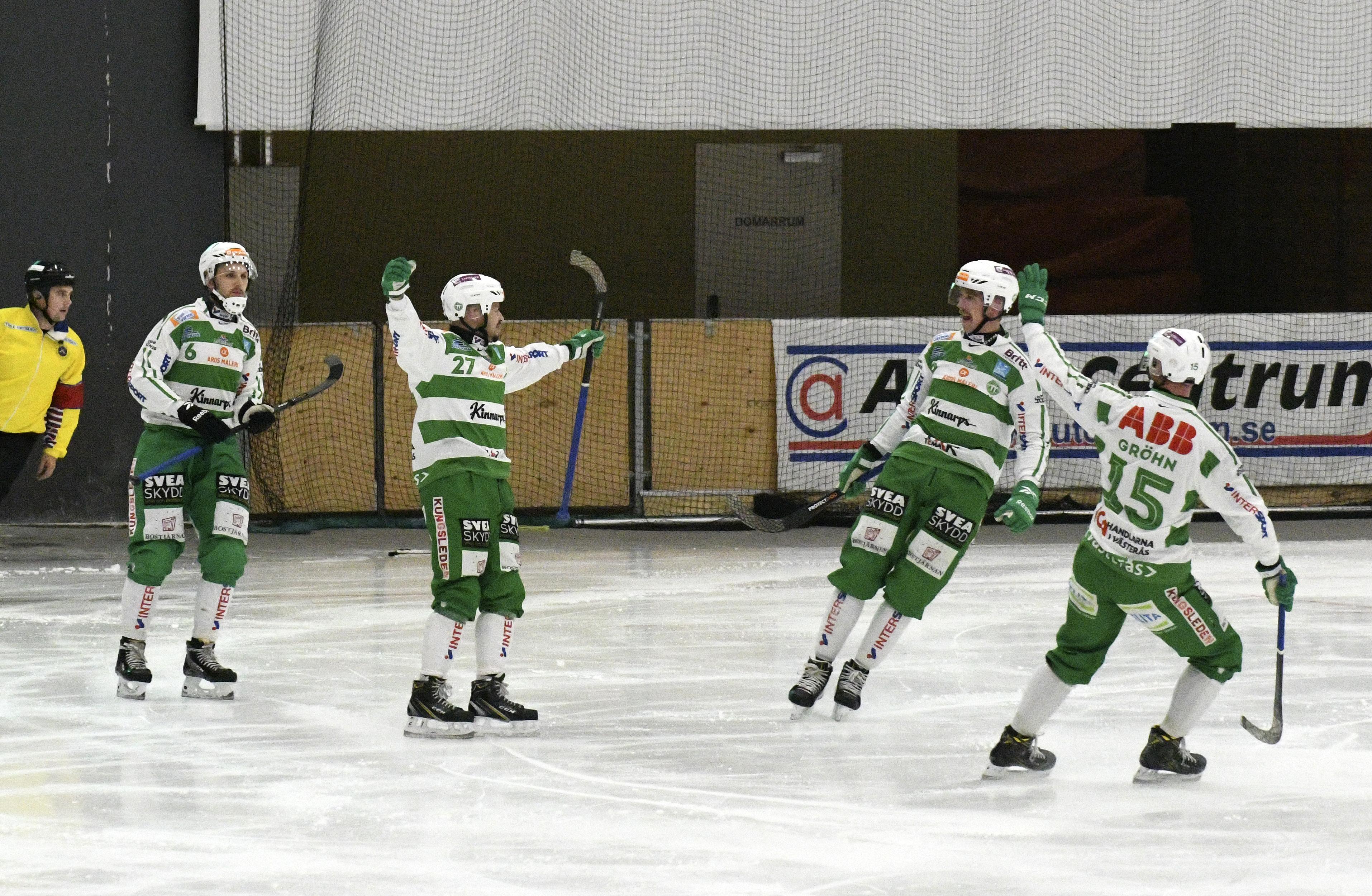 Micke Olsson jublar efter 2-0, och gratuleras av Simon Jansson, Robin Andersson och Oscar Gröhn.