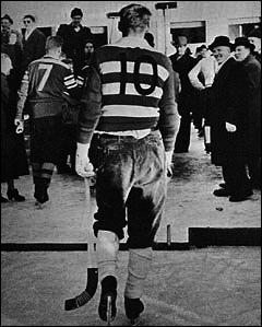 Pontus Widén lämnar isen i Lesjöfors 1957 när VSK förlorade med 3-9 och åkte ur allsvenskan..